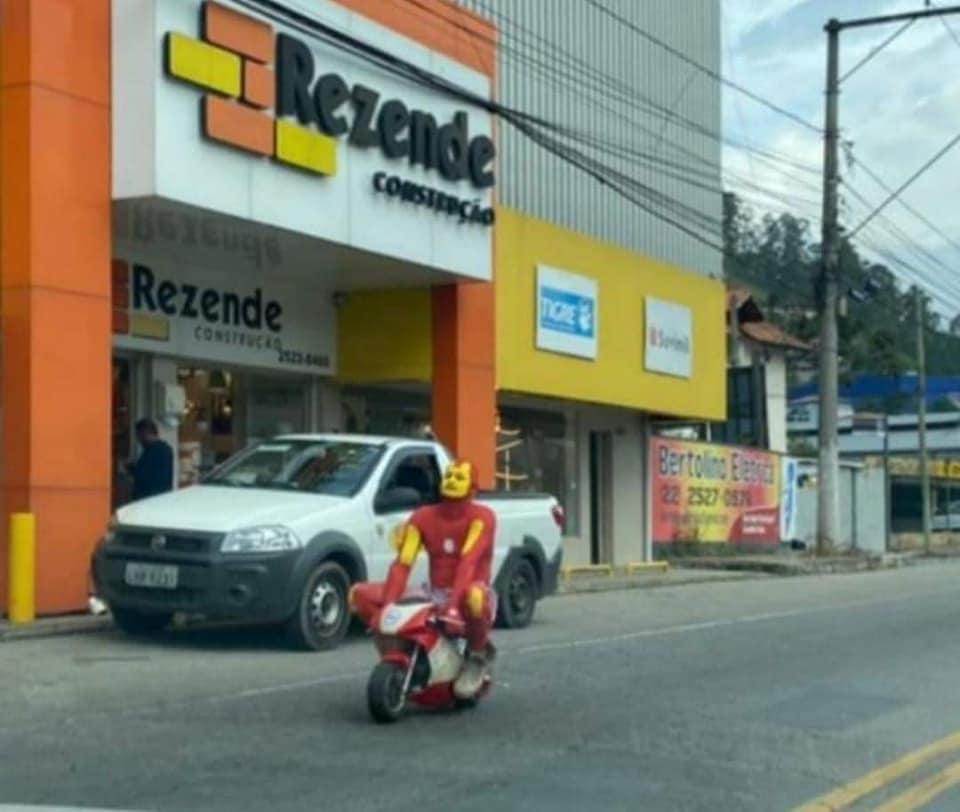 O Homem de Ferro na mini scooter: cena que só acontece em Friburgo (Foto de leitor)