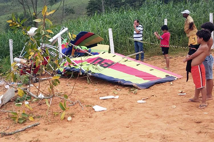 O ultraleve ficou bastante destruído após a queda em Trajano de Moraes (Foto: WhatsApp)