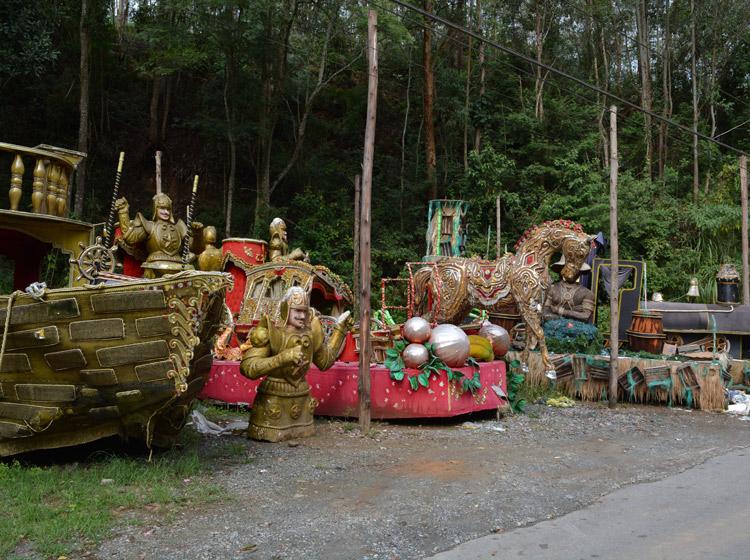 Alegorias estão abandonadas desde o fim do carnaval (Foto: Lúcio Cesar Pereira)