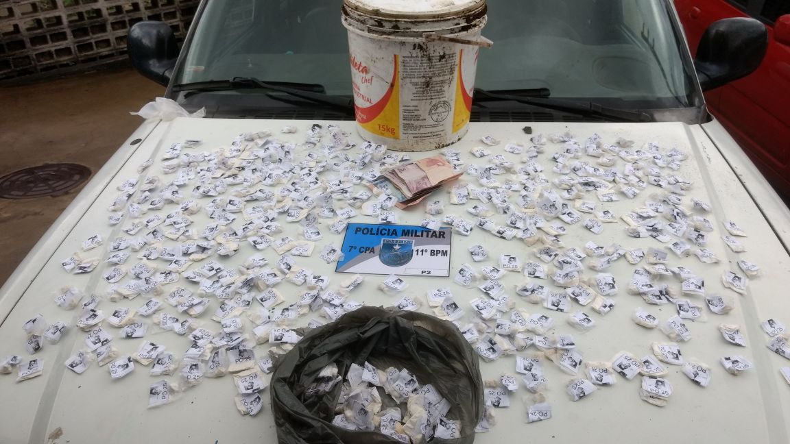 Papelotes de cocaína apreendidos no Alto do Floresta (Foto: 11º BPM)