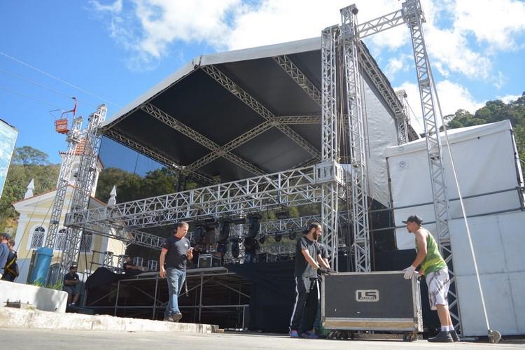 A montagem do palco, nesta quinta-feira (Foto: Henrique Pinheiro)