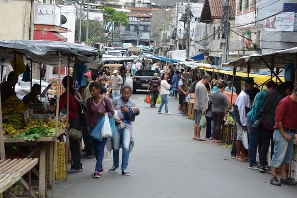 A feira na última quinta-feira: feirantes não querem saber de mudança (Fotos: Henrique Pinheiro)