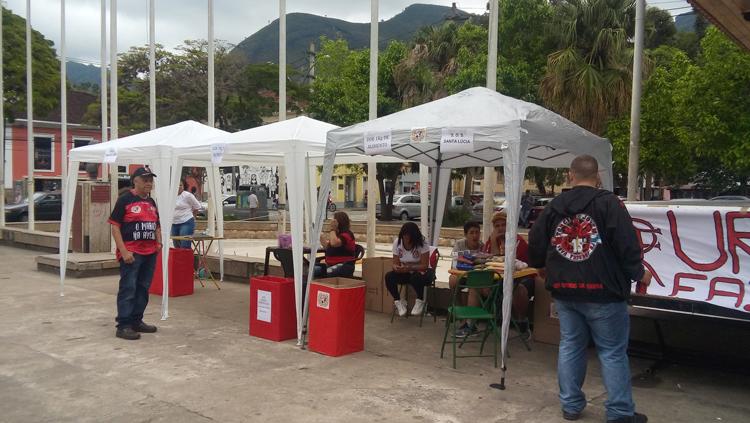 A tenda montada na Praça Dermeval Barbosa Moreira arrecada alimentos para a Clínica Santa Lúcia  (Fotos: Paula Valviesse)
