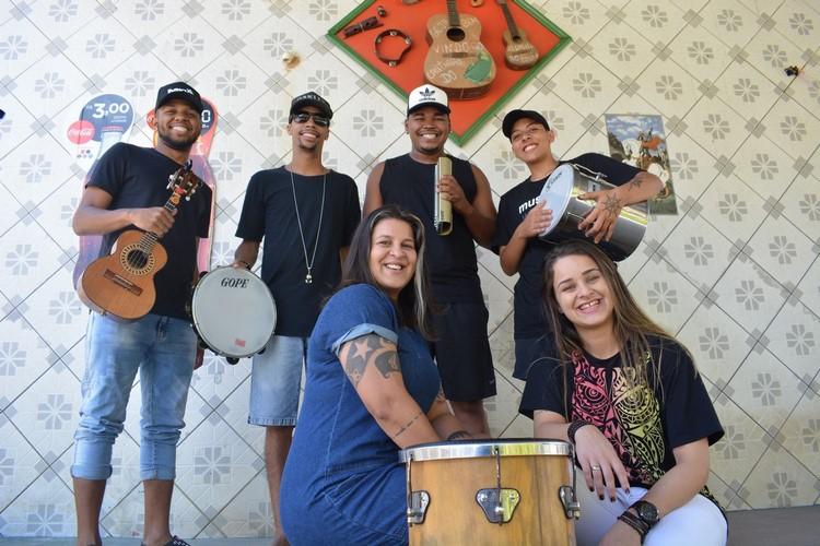As Filhas de Bambas com o restante do grupo de samba (Arquivo AVS)