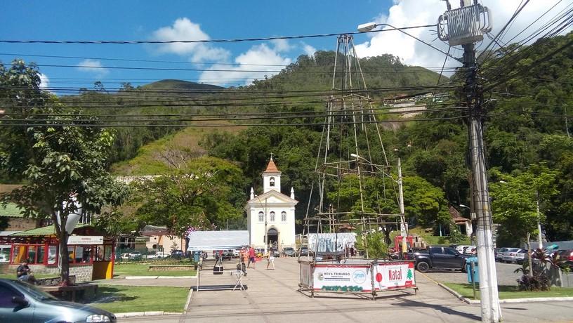 A estrutura da árvore montada na Praça do Suspiro (Foto: Paula Valviesse)