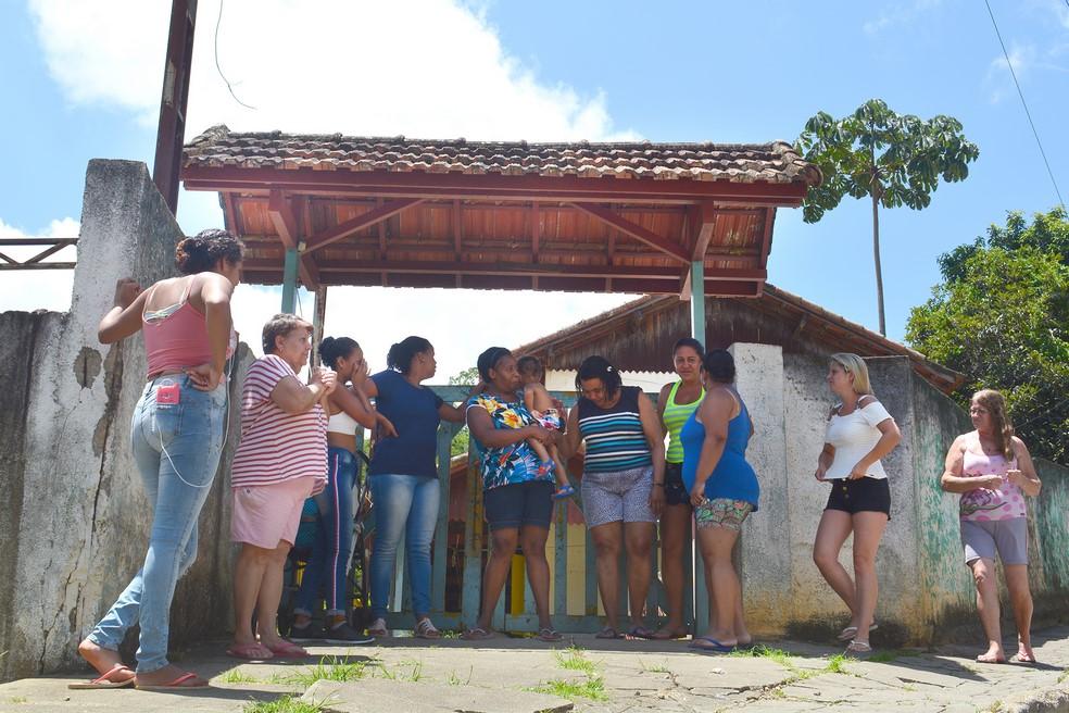 Moradoras pedem que a prefeitura utilize o espaço desativado para montar uma creche (Fotos: Henrique Pinheiro)