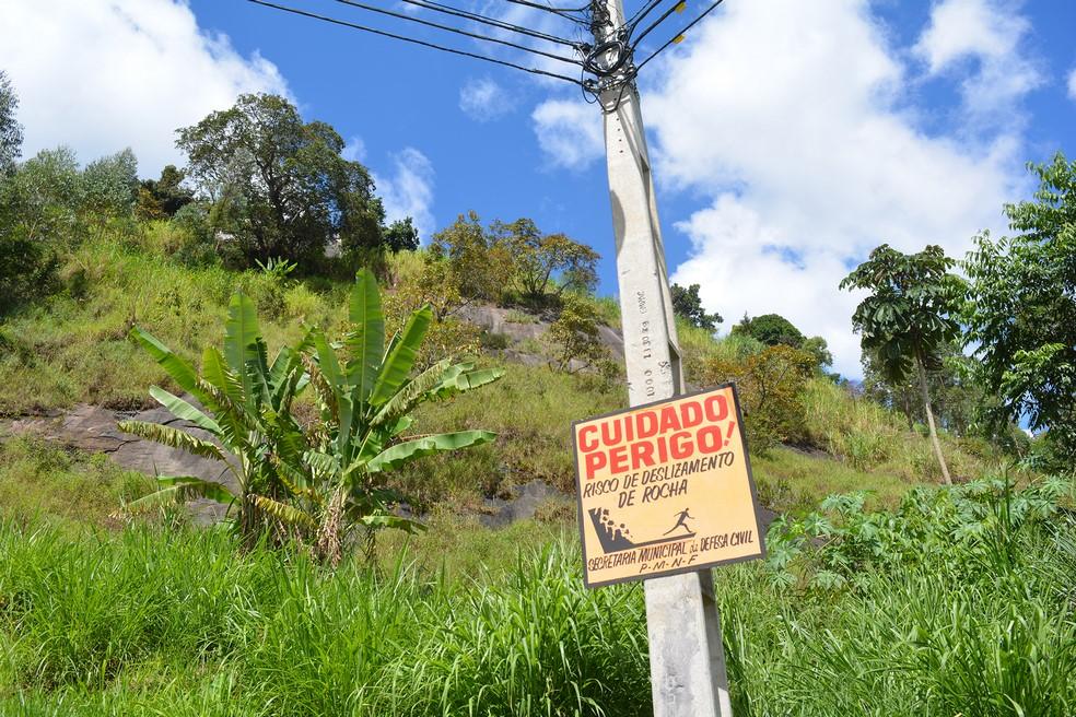 A placa alerta para o risco de deslizamento (Fotos: Henrique Pinheiro)