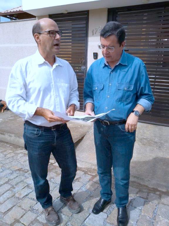 O prefeito Renato Bravo (d) agradeceu ao superintendente da Águas de Nova Friburgo, João Henrique de Sá, pela obra que já chegou a metade (Foto: Divulgação)