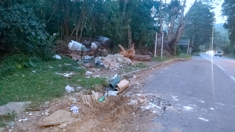 No Debossan, moradores flagraram descarte irregular de lixo