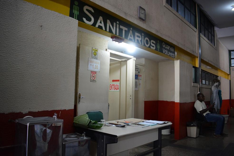 O banheiro da Rodoviária Norte: R$ 1 pelo uso (Foto: Henrique Pinheiro)