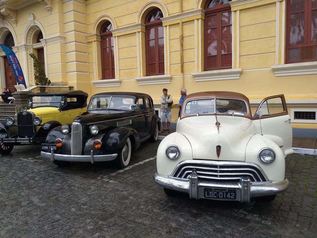 A elegância dos carros antigos no pátio do Anchieta (Fotos: Paula Valviesse)