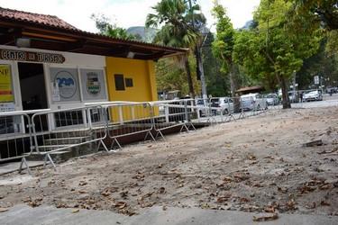 O piso sendo trocado (Foto: Henrique Pinheiro)