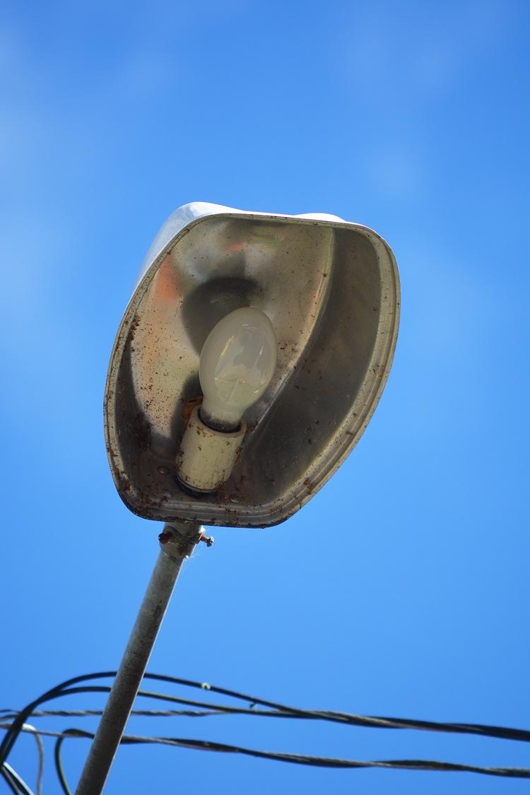 Lâmpada queimada no Solares (Foto: Henrique Pinheiro)