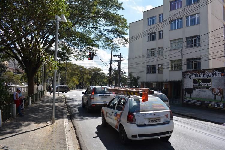 Veículos parados longe da faixa de pedestres diante do sinal vermelho (Fotos: Henrique Pinheiro)