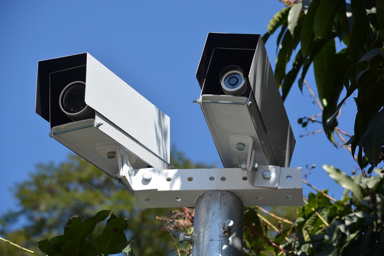 Câmeras nos sinais multam quase 80 motoristas por dia em Friburgo