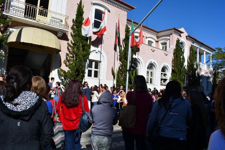 Manifestação dos profissionais do ensino em frente à prefeitura, em agosto (Arquivo AVS)