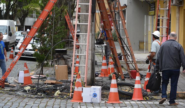 Os trabalhos na esquina das ruas Dante Laginestra e Eugênio Muller (Fotos: Henrique Pinheiro)
