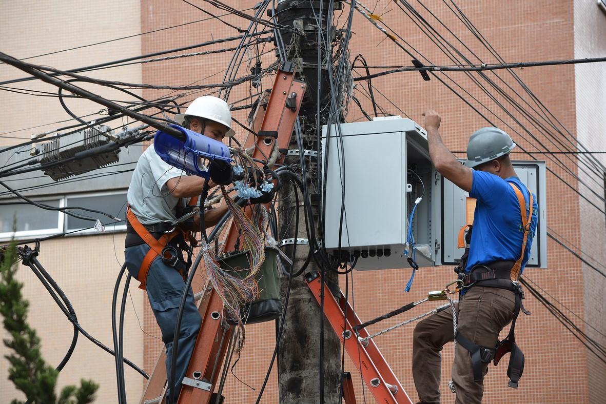 Técnicos trabalham num dos postes (Arquivo AVS/ Henrique Pinheiro)