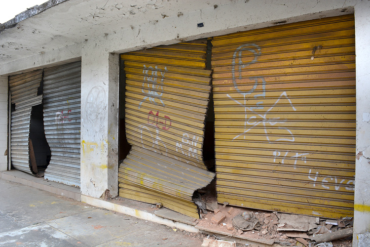 Os imóveis ainda não demolidos exibem cicatrizes da tragédia de 2011 em plena área urbana (Fotos: Henrique Pinheiro)