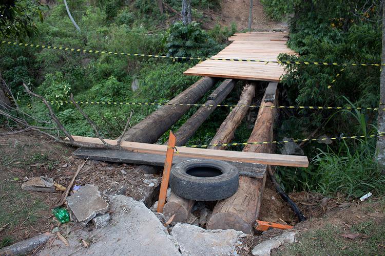 A ponte em obras (Foto: Henrique Pinheiro)
