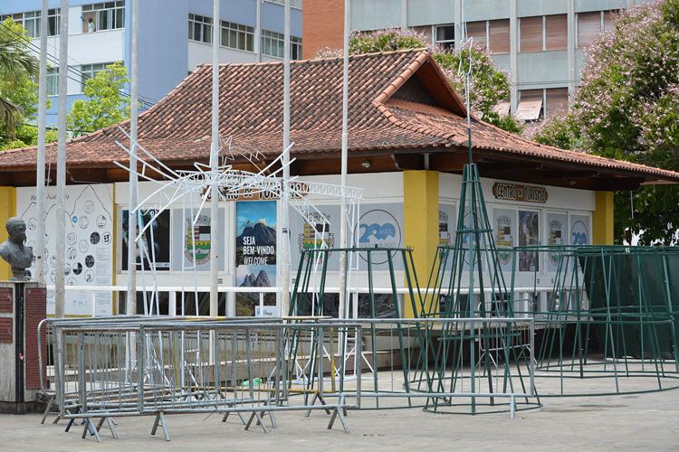 As estruturas metálicas sendo montadas na Praça Dermeval Barbosa Moreira (Fotos: Henrique Pinheiro)