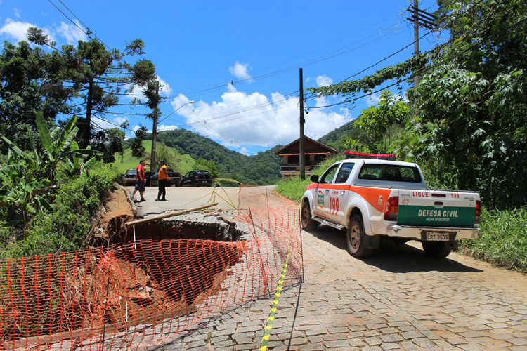 O buraco no Loteamento Tiradentes (Foto: Henrique Pinheiro)