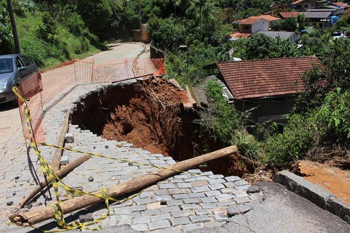 Rua que cedeu no final de 2019 ainda não recebeu reparos (Arquivo AVS/ Henrique Pinheiro)