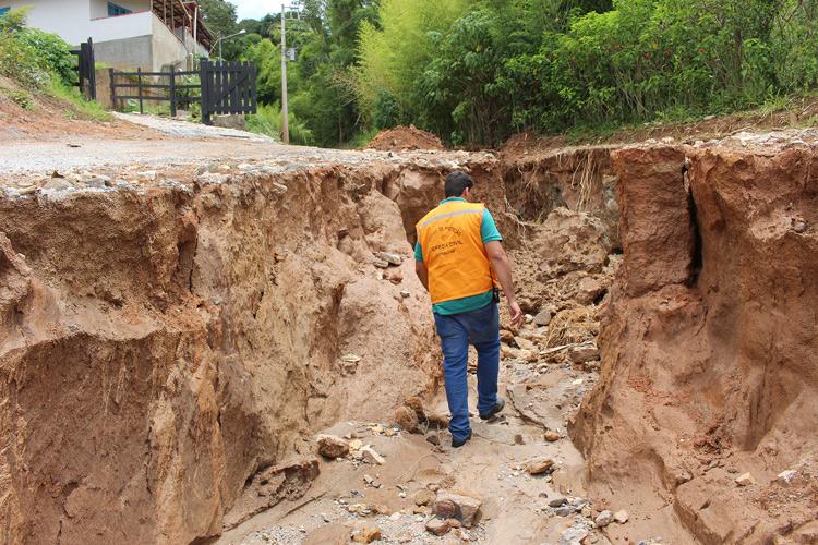 O buraco aberto pela chuva na Estrada Velha do Amparo (Fotos: Henrique Pinheiro)