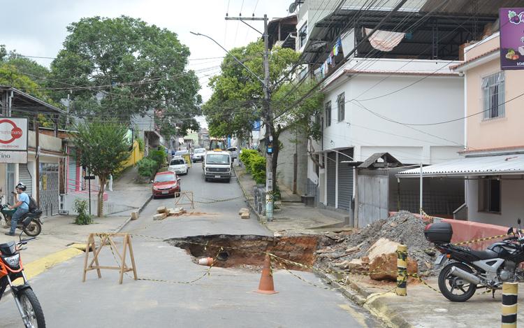 Moradores da Rua Raul Veiga, em Olaria, cobram solução para cratera