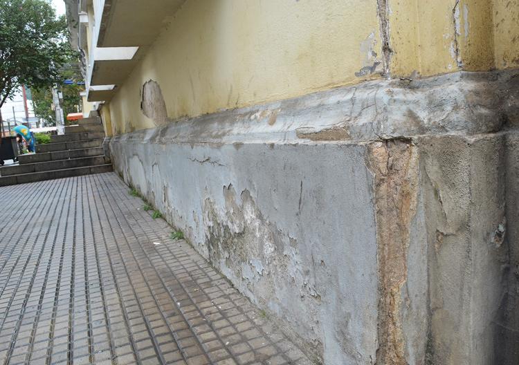 O estado das paredes do prédio histórico (Fotos: Henrique Pinheiro)