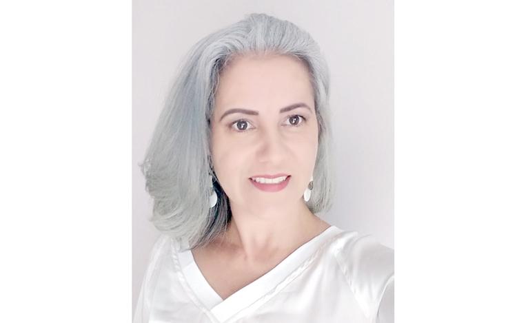 Na onda dos cabelos coloridos, o grisalho é a novidade