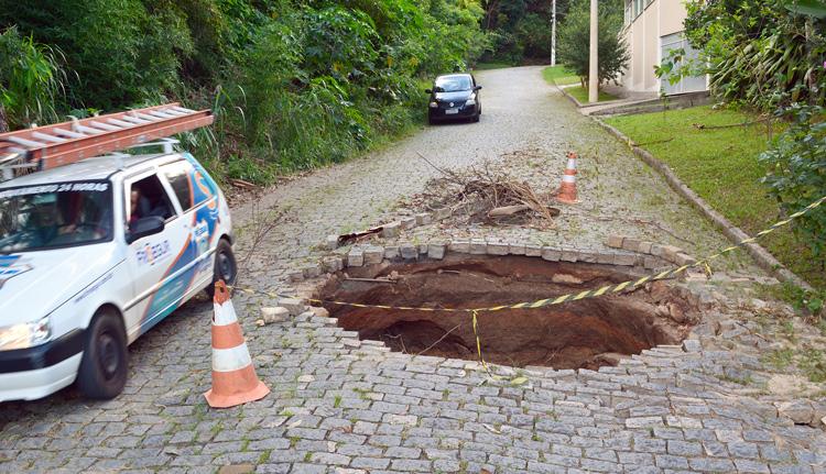 A cratera na Rua Maria José de Andrade Vieira (Fotos: Henrique Pinheiro)