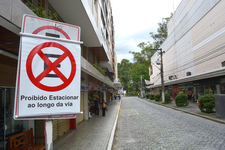 A nova sinalização já instalada na Rua Coronel Galeano das Neves (Fotos: Henrique Pinheiro)