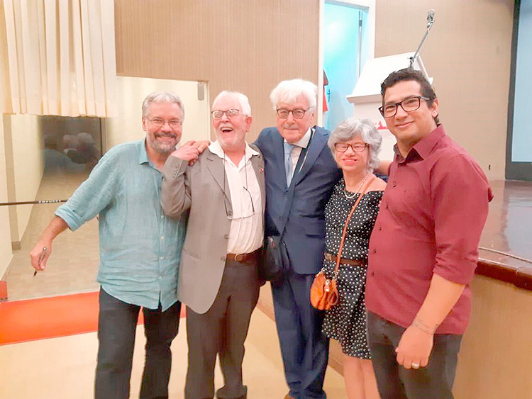 Martin Nicoulin (ao centro) prestigiou o lançamento e saudou autores e convidados