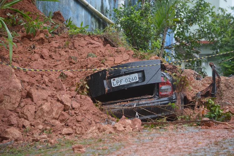 Carro soterrado na Vila Nova, sem vítimas (Fotos: Henrique Pinheiro)