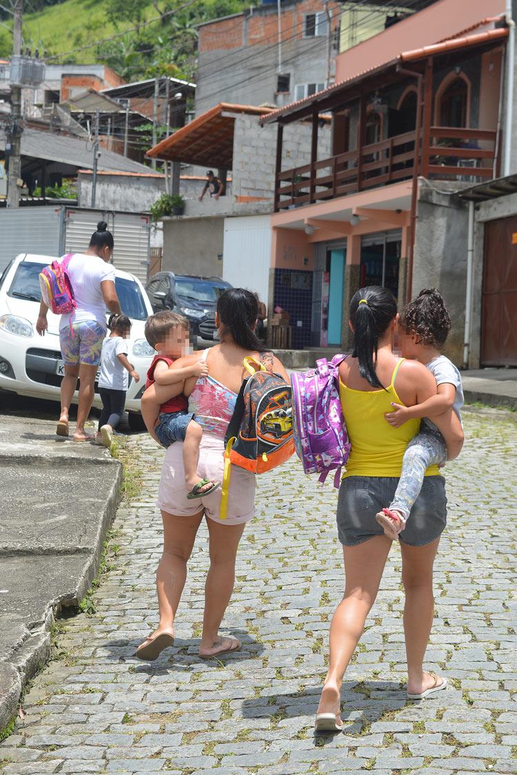 Mães voltando para casa com seus filhos (Fotos: Henrique Pinheiro)