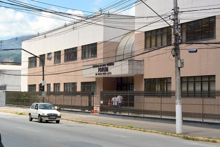 O julgamento do homem de 40 anos aconteceu no Fórum Rivaldo Pereira Santos, na Avenida Euterpe Friburguense(Foto: Henrique Pinheiro)