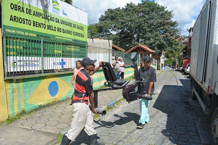 A retirada dos equipamentos do posto do Cordoeira (Fotos: Henrique Pinheiro)