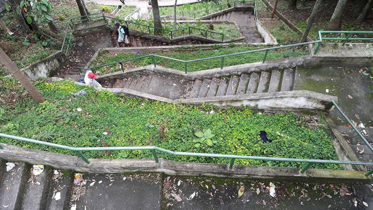 A sujeira na escadaria assusta (Fotos: Henrique Pinheiro)