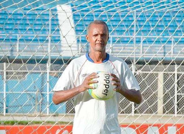 Adriano brilhou no Flamengo, mas também fez história no Friburguense como goleiro e preparador