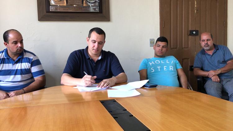 O decreto que institui o auxílio foi assinado pelo prefeito Rodrigo Viana (Foto: Divulgação)