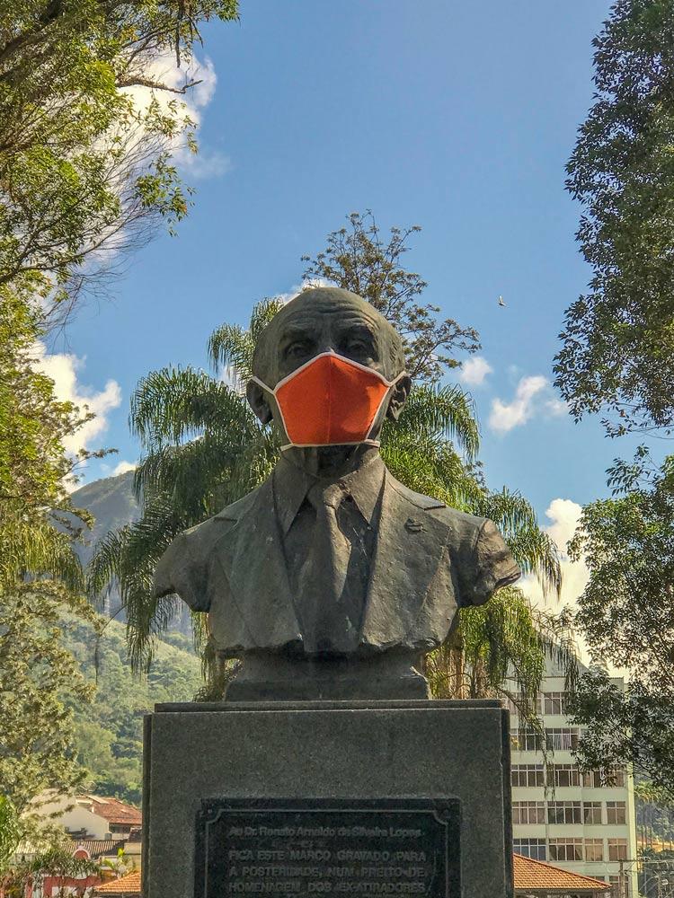 Máscara até em busto da Praça Getúlio Vargas (Foto: Regina Lo Bianco)