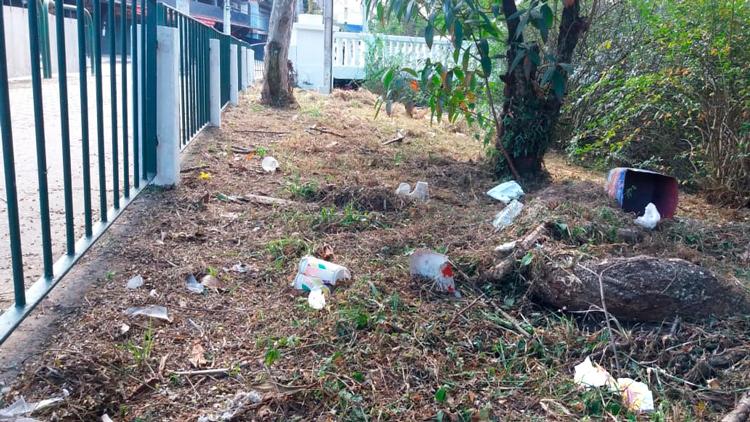 Lixo espalhado às margens do Bengalas (Fotos: Fernando Moreira)