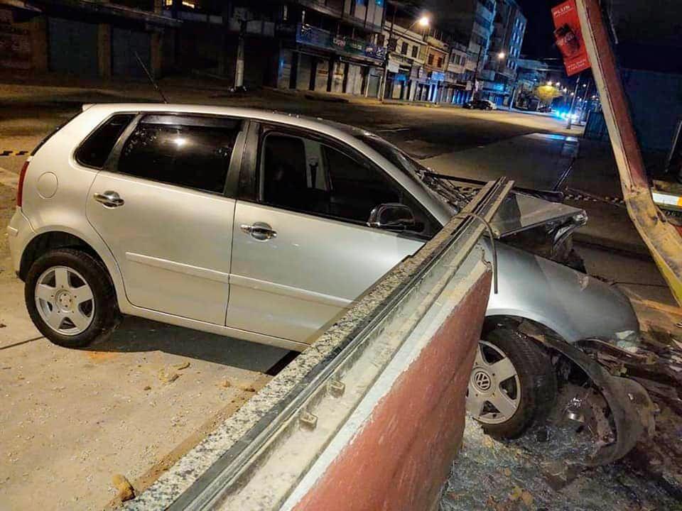 Veículo desgovernado invade loja na Avenida Euterpe