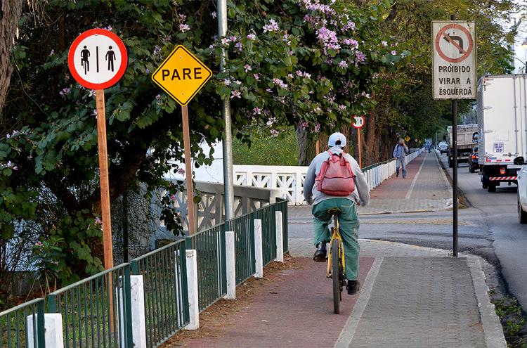 As placas de sinalização (Foto: Henrique Pinheiro)