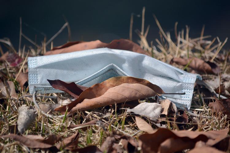 Máscara caída no chão em Friburgo (Foto: Henrique Pinheiro)