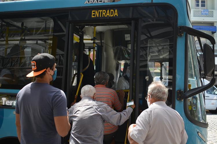 Passageiros pegam ônibus em Friburgo (Foto: Henrique Pinheiro)