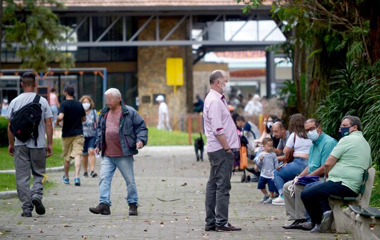 Movimento na Praça Getúlio Vargas em plena pandemia nesta sexta (Fotos: Henrique Pinheiro)