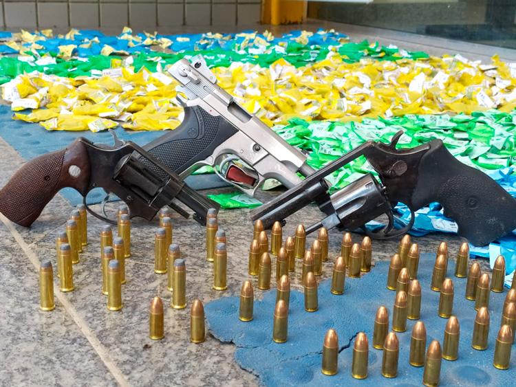 Jovem de 19 anos é preso com armas e drogas em Amparo
