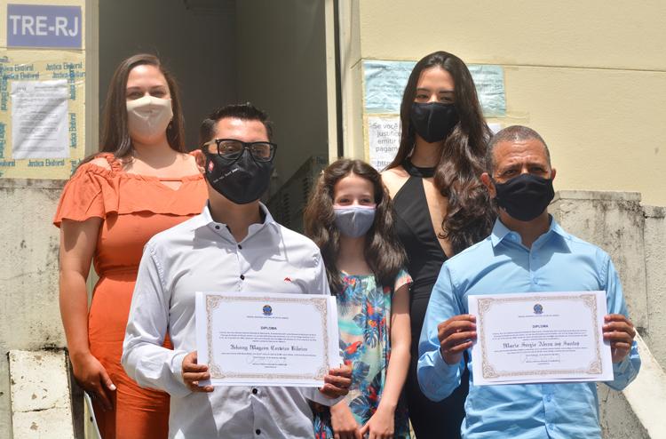 Johnny Maycon com sua esposa, Lorrayne, e o vice Sérgio Abreu e suas filhas na diplomação (Fotos: Alan Andrade)